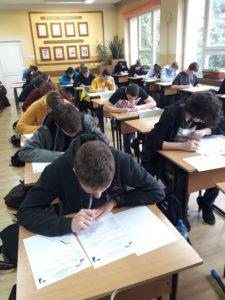 uczniowie rozwiązują zadania logiczne