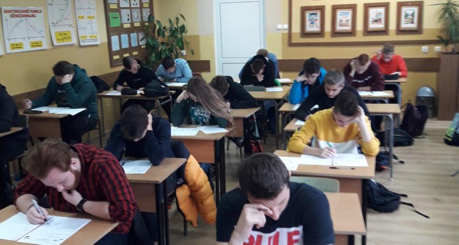 uczniowie rozwiązują zadania logiczne i szarady