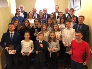 zdjęcie grupowe nagrodzonych uczniów ze starostą Kalińskim