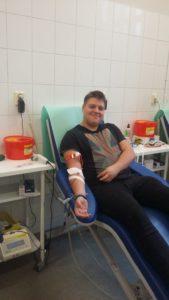 uczeń oddaje honorowo krew