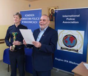Dyrektor Jerzy Kotaś przedstawia wyniki turnieju