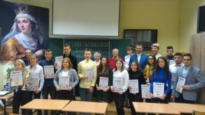 uczniowie nagrodzeni w konkursie pozują do zdjęcia