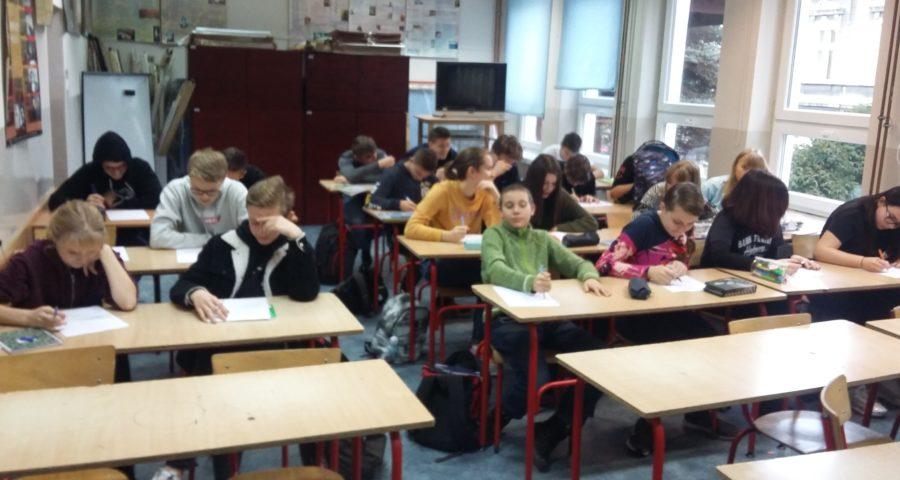 Grupa uczniów bierze udział w teście na temat AIDS