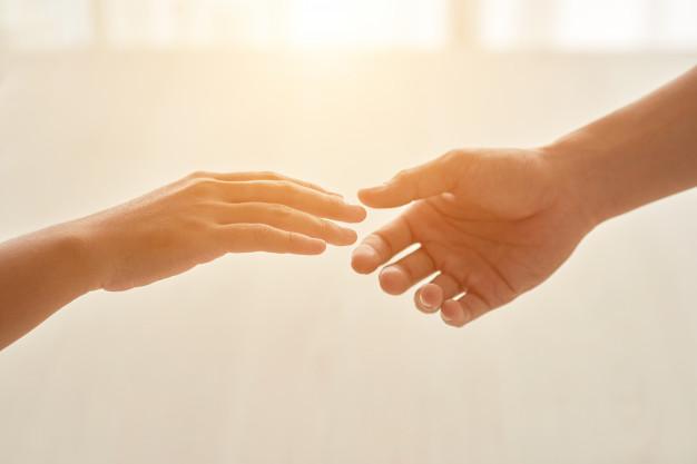 na zdjęciu dwie dłonie gotowe do uścisku