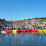 uczniowie pływają na kajakach po jeziorze