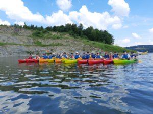 uczniowie podczas spływu kajakowego