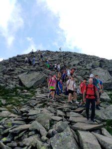uczniowie schodzący szlakiem na Babiej Górze