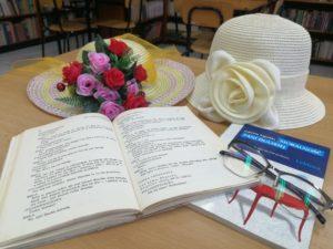 otwarta książka i dwa kapelusze