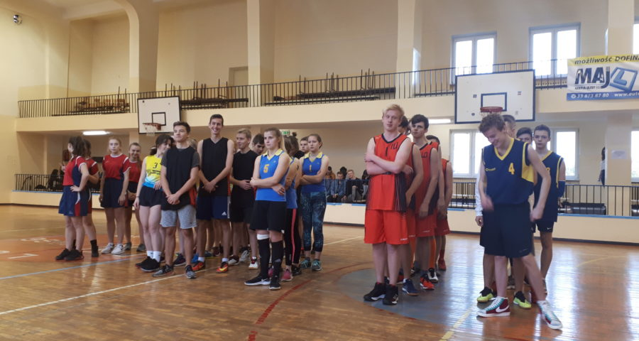 drużyny przygotowują się do rozegrania meczu koszykówki