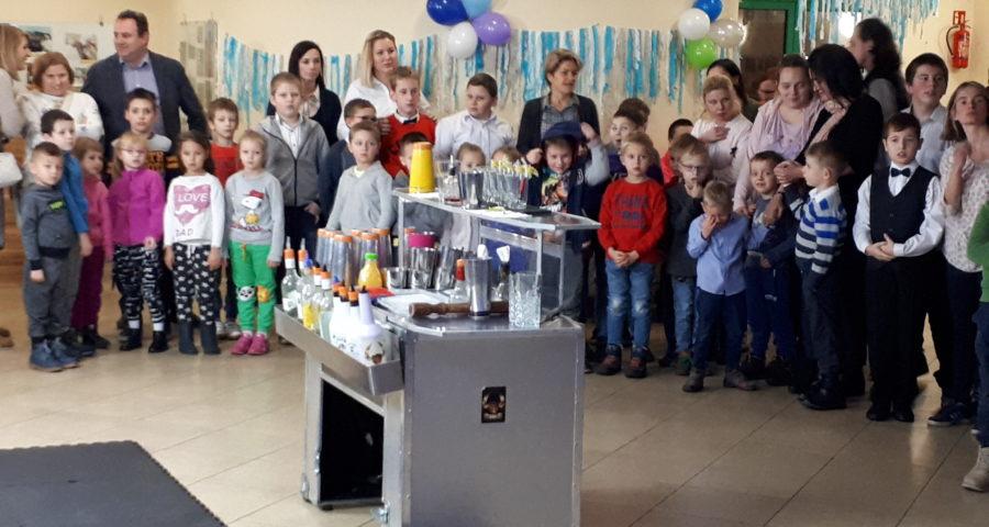 Dzieci uczestniczą w zabawie mikołajkowej