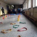 mini zawody uczniów na korytarzu szkoły