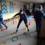 uczniowie startują w zawodach na szkolnym korytarzu