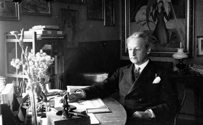 Emil Zegadłowicz siedzi w swoim gabinecie