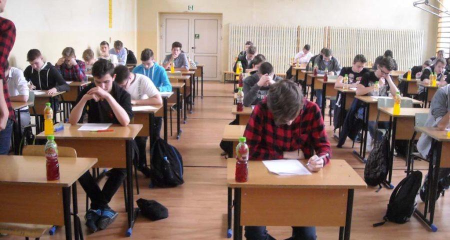 uczniowie piszący odpowiedzi konkursowe