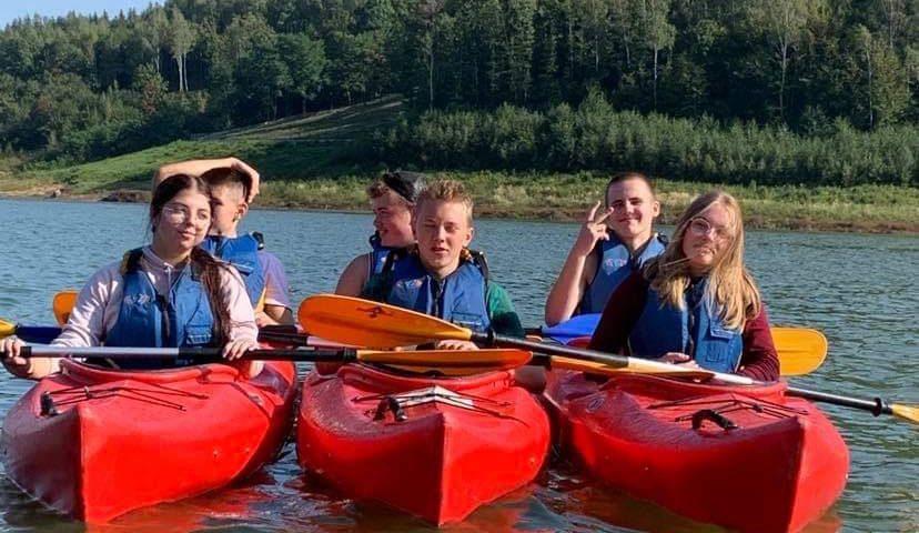 uczniowie pływają na kajakach
