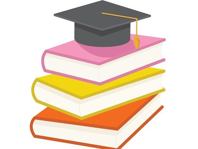 grafika przedstawia ułożone na sobie książki i biret studencki książki